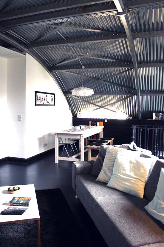 maison dans un hangar. Black Bedroom Furniture Sets. Home Design Ideas