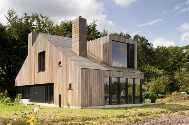 Maison design en bois the chimney house for Petite maison design