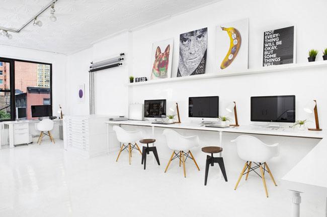 un beau bureau avec plein de chaises eames. Black Bedroom Furniture Sets. Home Design Ideas