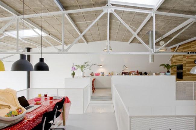 une maison dans un hangar. Black Bedroom Furniture Sets. Home Design Ideas