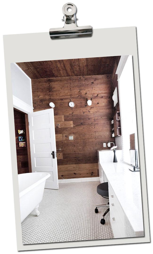 Un exemple de salle de bain blanche et bois
