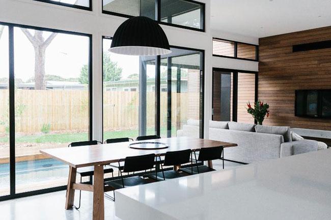 Une maison en noir et blanc salle a manger - Maison en noir et blanc ...