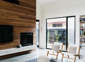 Une maison en noir et blanc-salon
