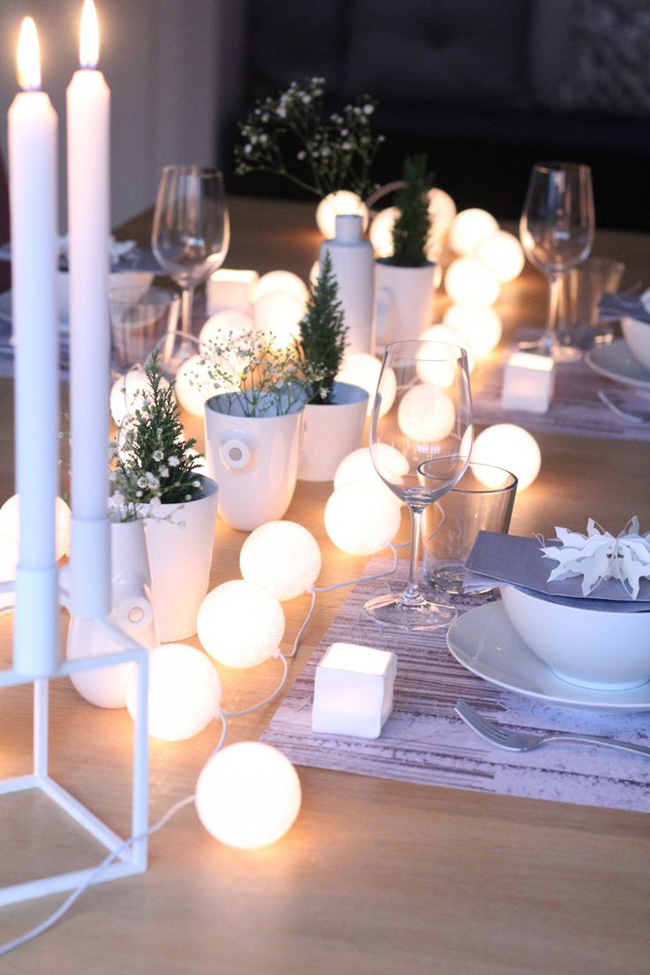 table de noel avec guirlandes lumineuses
