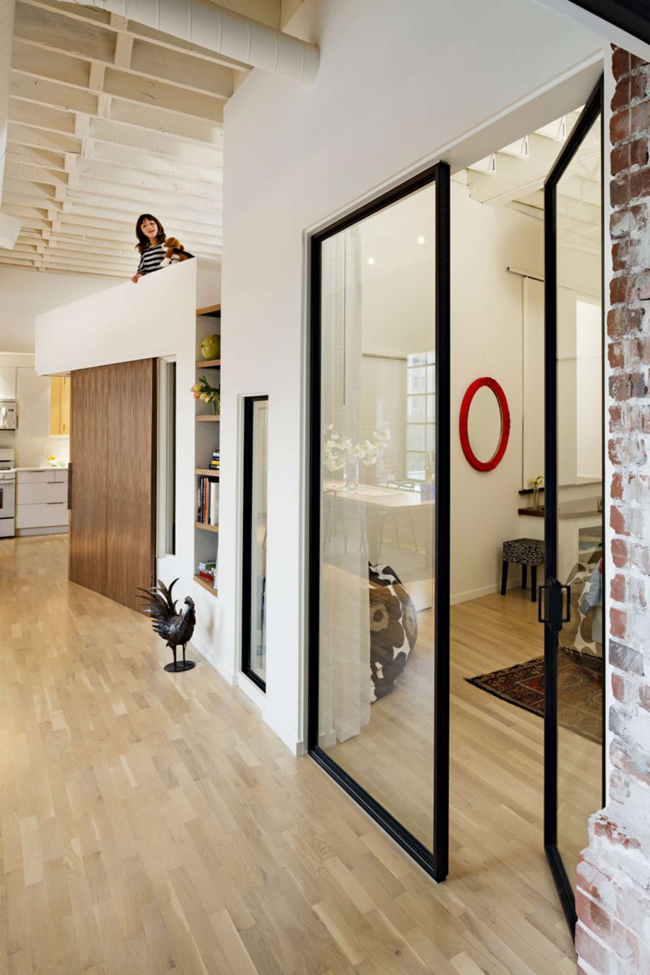 Loft contemporain avec mur en briques rouges for Loft contemporain