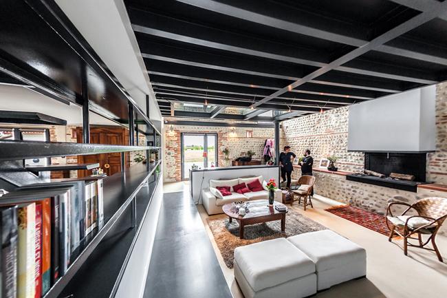 maison r nov e avec un plancher en verre. Black Bedroom Furniture Sets. Home Design Ideas