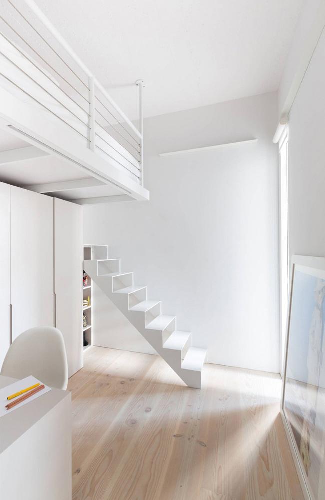 Escalier vers une mezzanine blanc - Camera da letto moderna piccola ...