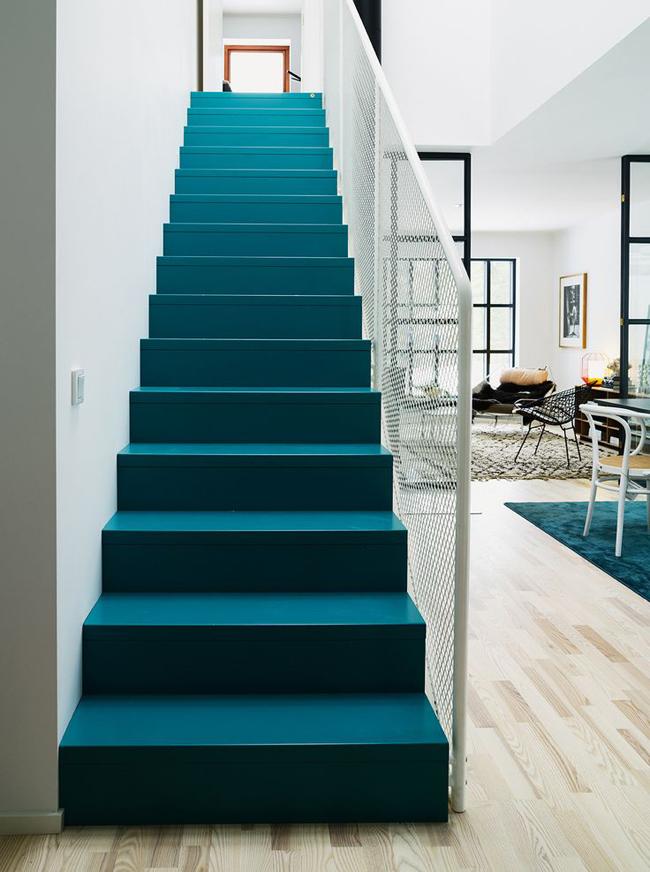 Escaliers repeint bleu