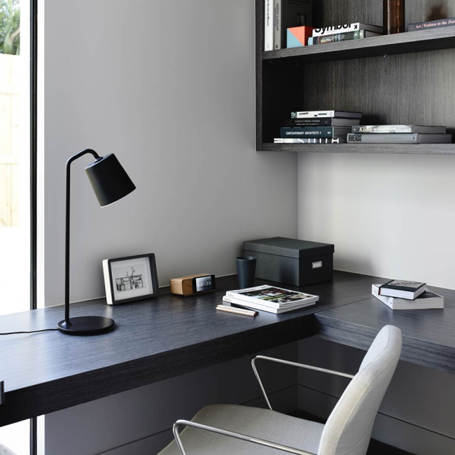 bureau avec un plan de travail noir. Black Bedroom Furniture Sets. Home Design Ideas