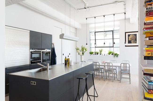Cuisine contemporaine noire dans un loft for Cuisine 2015 contemporaine