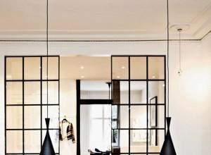 Une maison avec fa ade enti rement vitr e for Decoration facade fenetre