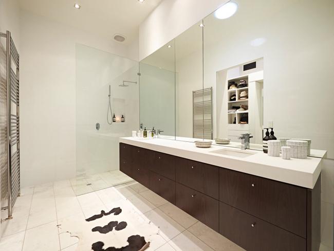salle de bain design en bois foncé et blanc