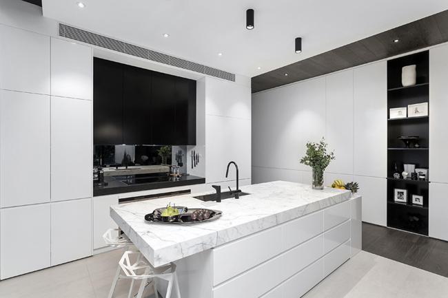 Cuisine moderne blanche plan de travail marbre - Cuisine blanche et plan de travail noir ...