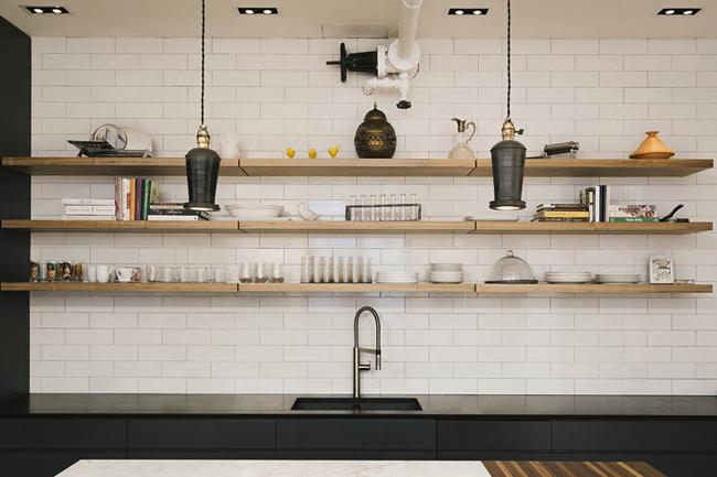 Cuisine style rétro avec granit noir et marbre blanc