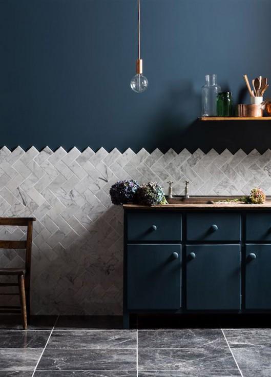Cuisine avec mur bleu fonce