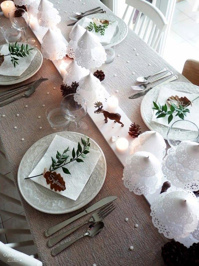 Idee deco table Noel avec petits sapins blancs