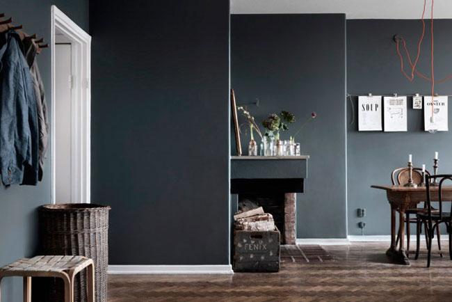 Appartement avec murs gris foncé