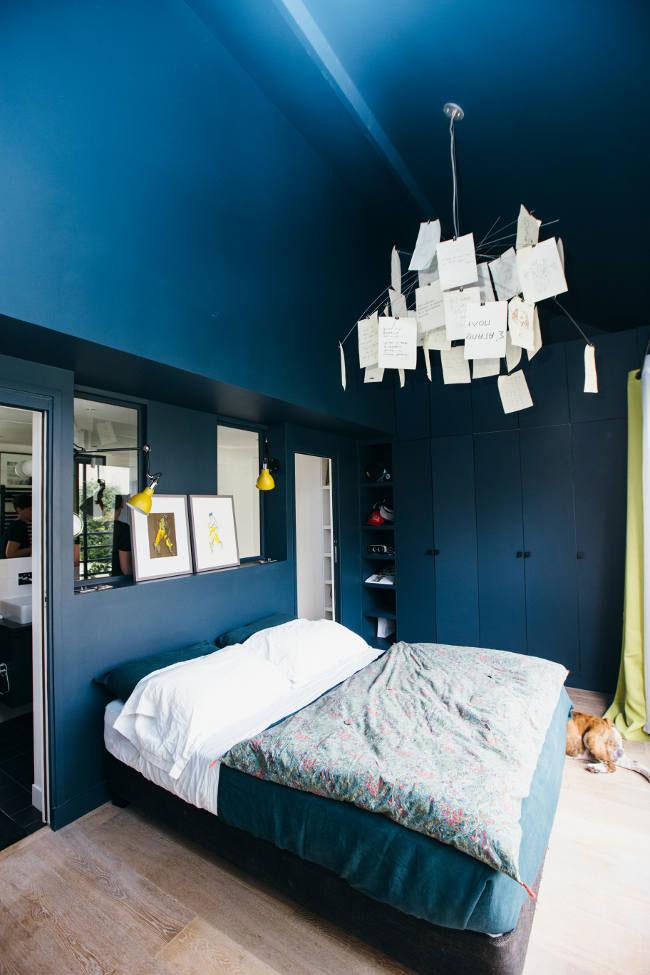 Chambre avec murs bleus
