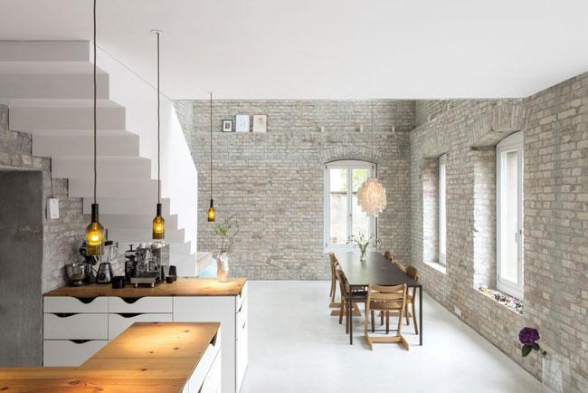 maison r nov e avec murs de briques. Black Bedroom Furniture Sets. Home Design Ideas