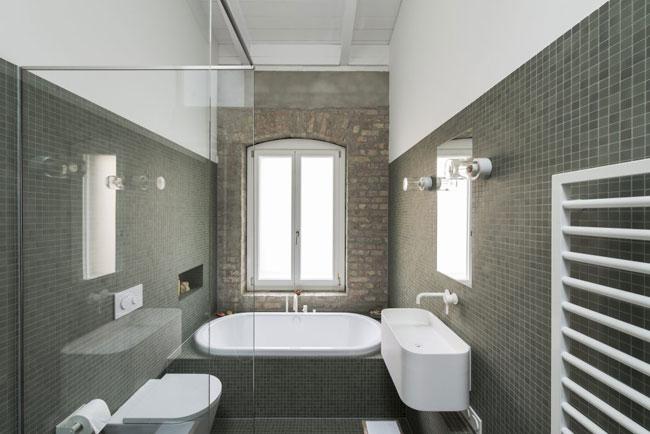 Salle de bain avec mur en briques - Carreler mur salle de bain ...