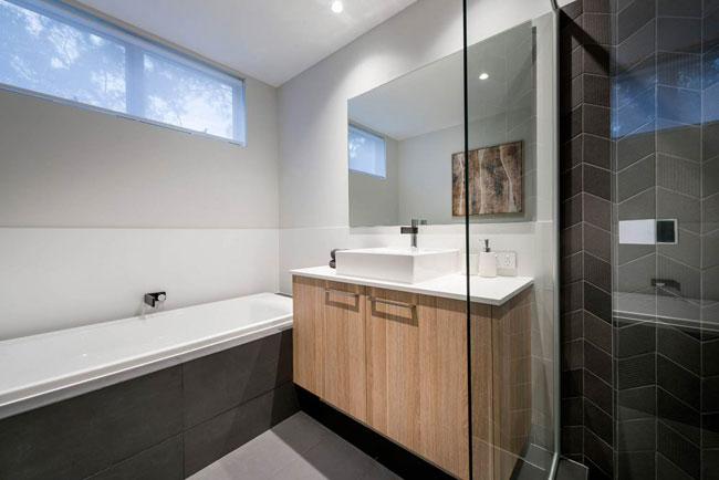 salle de bain bois et carrelage noir