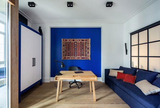 bureau-avec-mur-bleu-vif