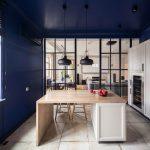 cuisine-avec-murs-et-plafonds-bleus